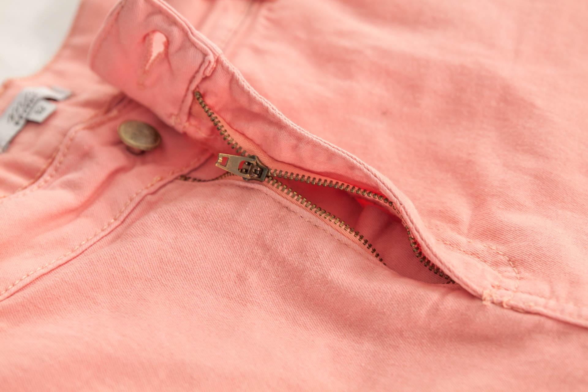 fermeture d'un jean rose