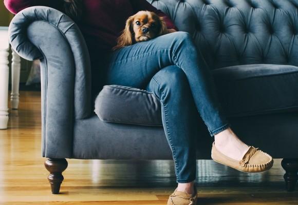 El mejor método para reparar el sofá del salón